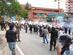 Photo, Oaxaca 2006, police indiscriminately beating demonstrators and bystanders
