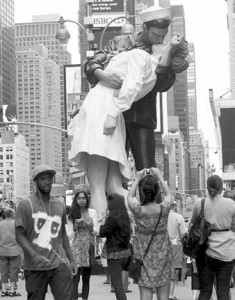 Sailor kissing nurse, Times Square, August 14, 1945