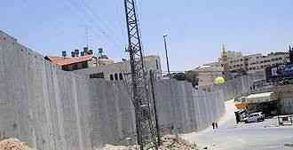 The barrier between Abu Dis and East Jerusalem, June 2004 (Wikimedia Commons)